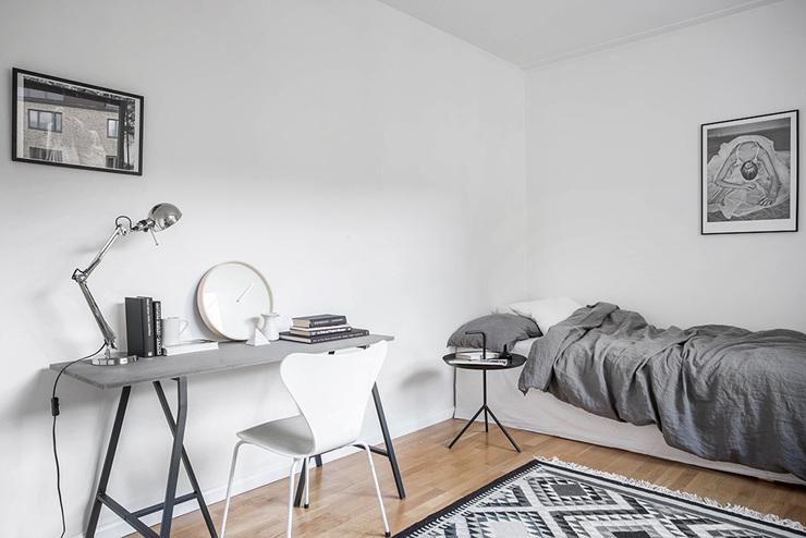 ห้องนอนมีเตียงและโต๊ะสีเทาที่สวยงาม - การออกแบบอพาร์ตเมนต์แบบดูเพล็กซ์