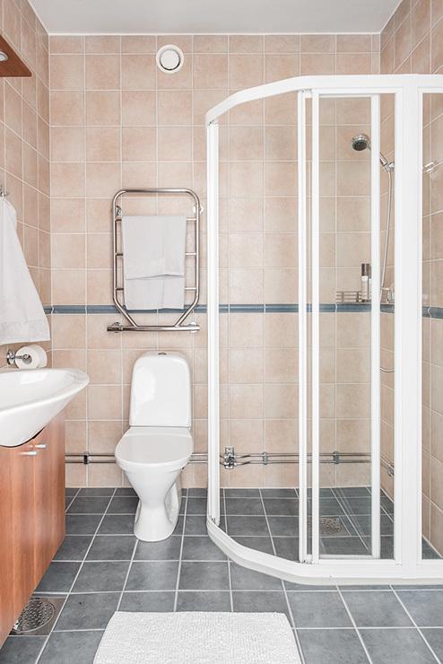 สุขภัณฑ์ทั่วไปที่โดดเด่นคือผนังกระจกอาบน้ำอันหรูหรา - อพาร์ตเมนต์ 2 ชั้น