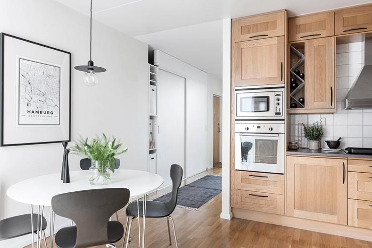 ห้องครัวที่สวยงามและชุดรับประทานอาหารที่เรียบง่าย
