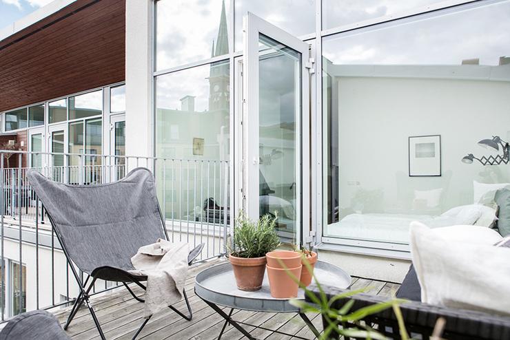 อีกมุมหนึ่งของระเบียงมีเก้าอี้พักผ่อนและโต๊ะน้ำชาชั้นดี - อพาร์ตเมนต์ 2 ชั้น