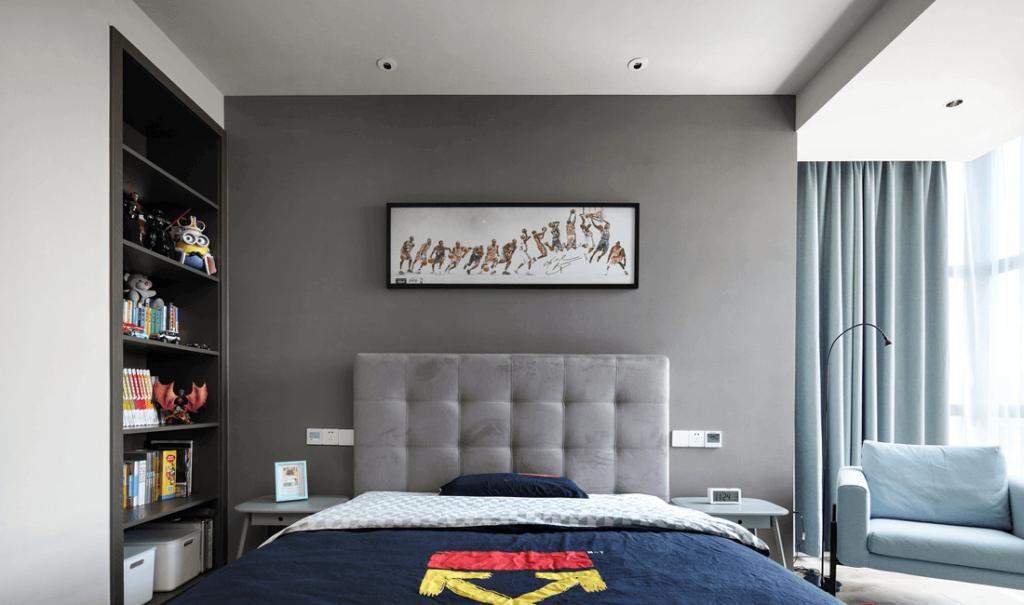 letto centrale, su entrambi i lati del letto con piccoli ripiani, vetrine modello