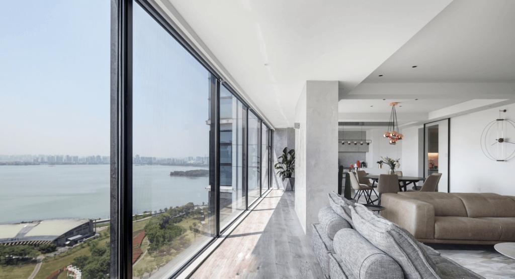 使用双层玻璃的宽敞户外景观