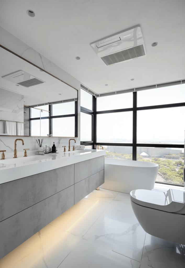 Il bagno ha una vasca da bagno con un bel angolo di vista, moderni servizi igienici - appartamento penhouse