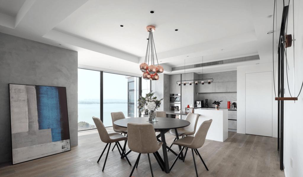 La sala da pranzo allestita su un tavolo da pranzo può ospitare fino a 6 persone, con plafoniere decorative