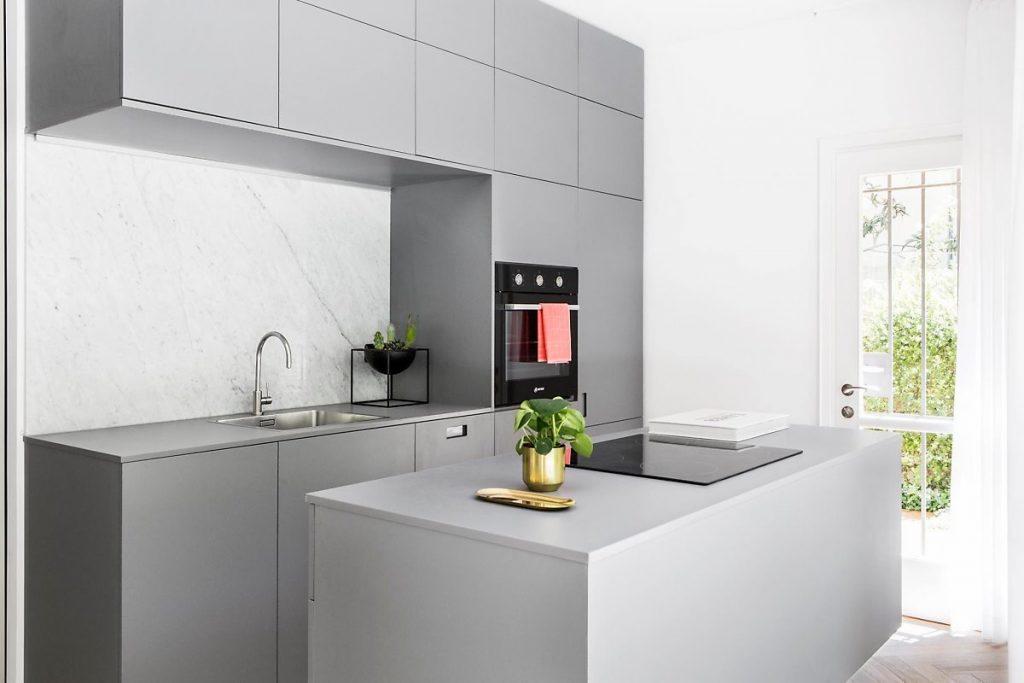 ห้องครัวถูกน้ำท่วมด้วยแสงด้วยประตูที่ทำจากแก้วกรอบไม้แกร่ง