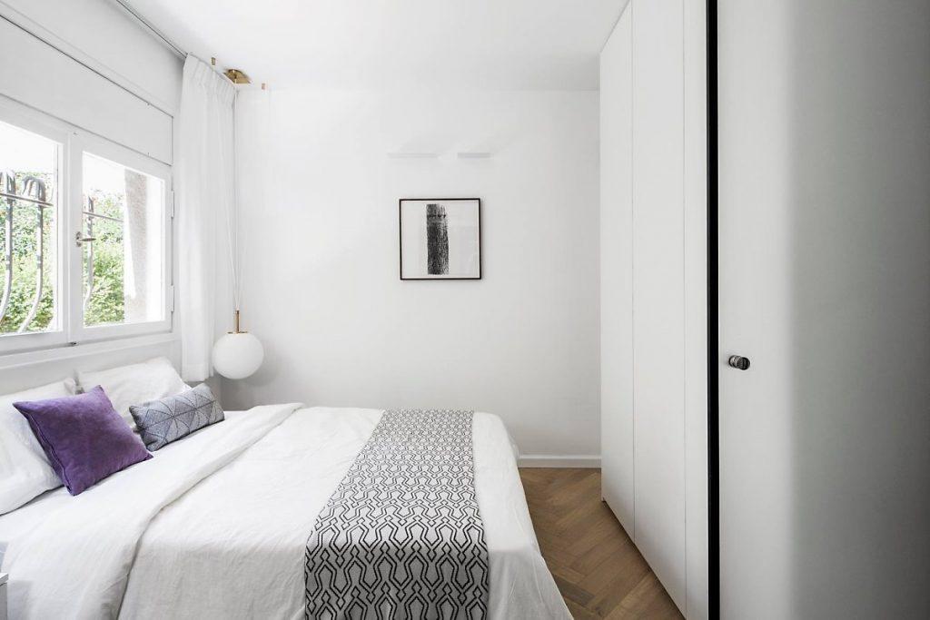 غرفة نوم بأثاث بسيط ولكنها حديثة