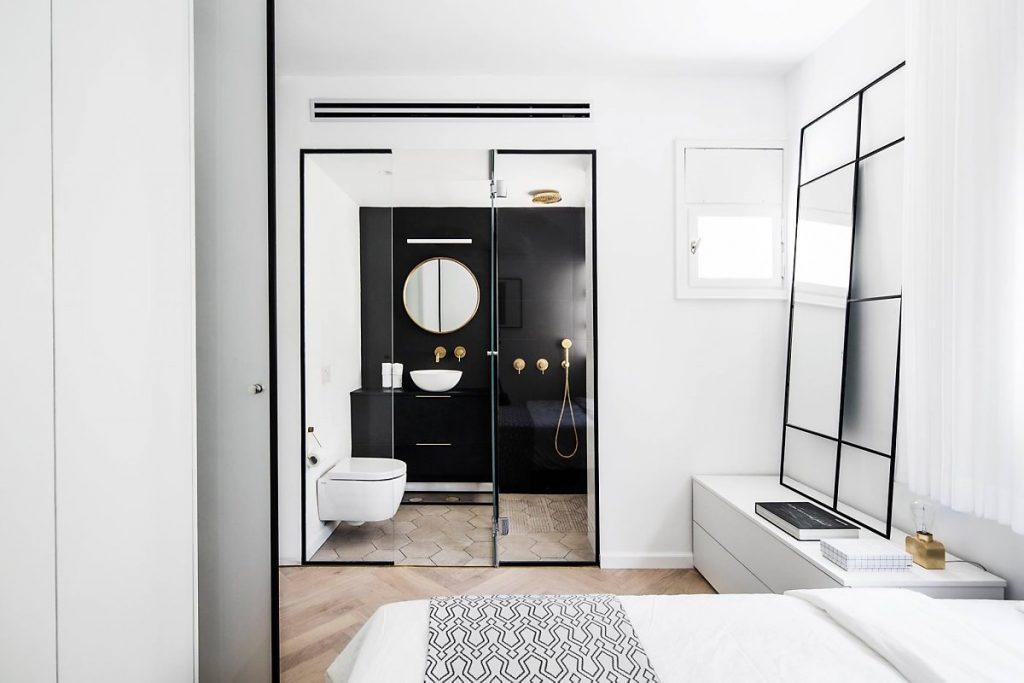 يفصل الحمام عن غرفة النوم بالزجاج المقسى