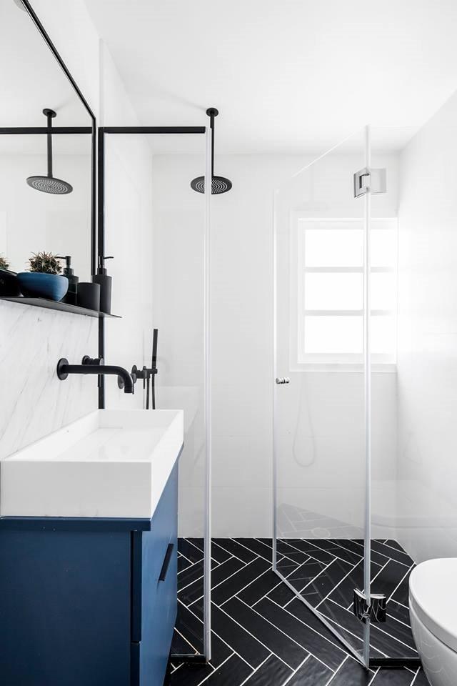 كما يتم فصل منطقة الاستحمام بالزجاج المقسى