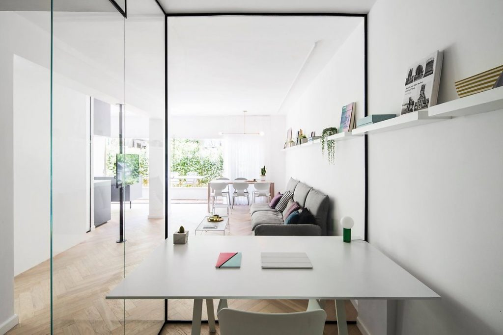 مساحة بيضاء مشرقة ومتجددة الهواء للشقة بأكملها