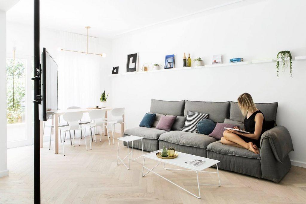 ห้องนั่งเล่นพร้อมการตกแต่งภายในที่เรียบง่ายและอบอุ่น