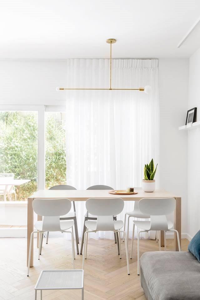 غرفة الطعام مليئة بالضوء دائمًا بفضل الجدار الزجاجي المقوى الذي يرحب دائمًا بالشمس
