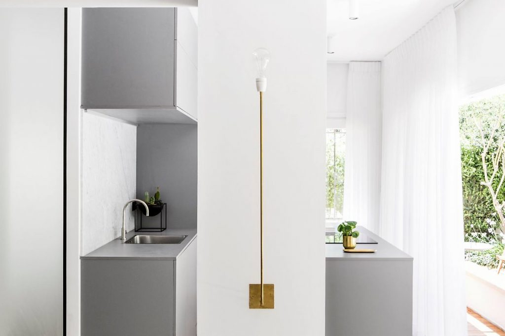 La cuisine est derrière un petit mur