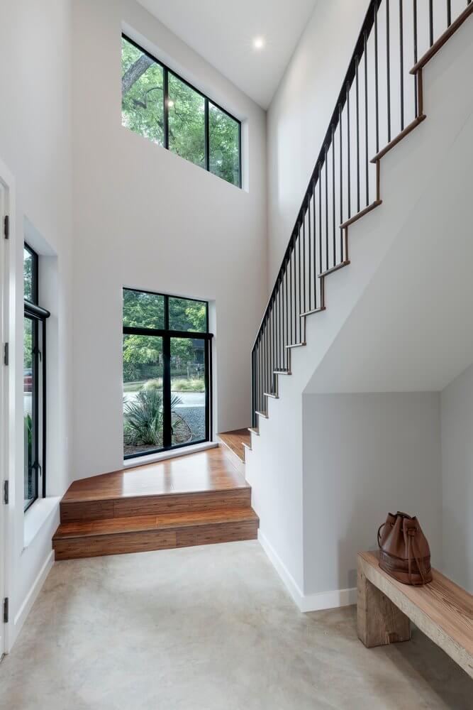 Lối cầu thang đi lên tràn ngập trong ánh sáng tự nhiên