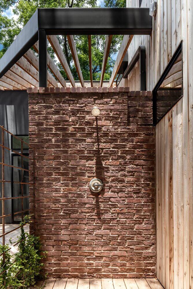 Khu vực tắm ngoài trời ngay cạnh nhà gỗ