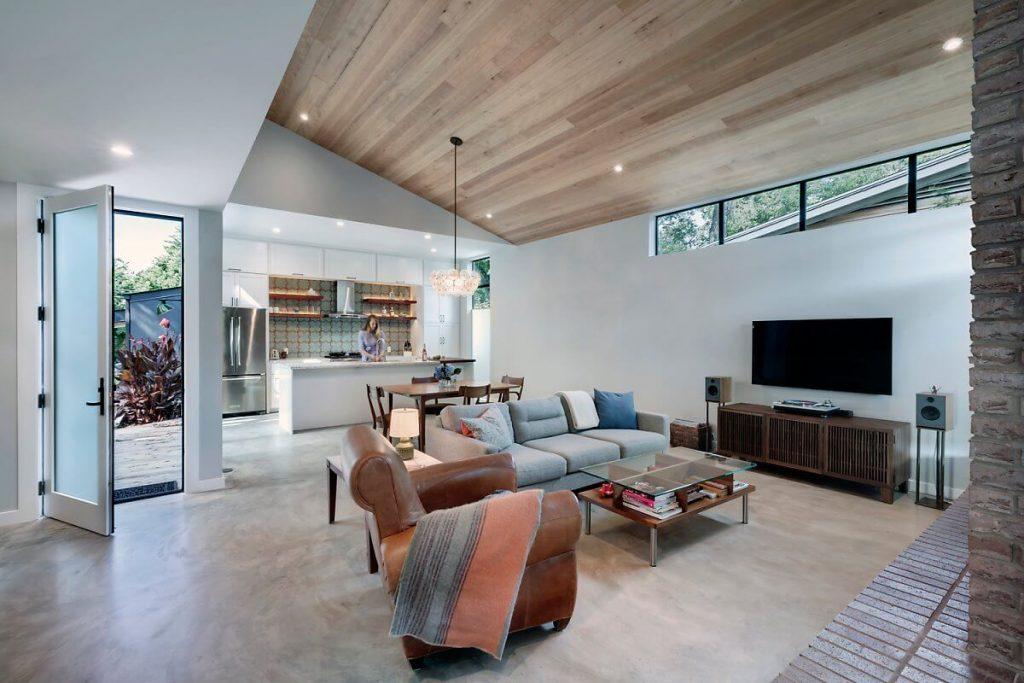 Ruang tamu dilengkapi dengan rumah kayu