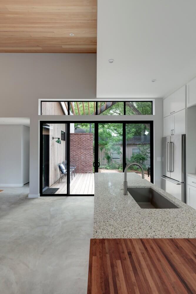 Những cửa kính tại nhà gỗ giúp không gian trong nhà luôn sáng sủa, thoáng đãng