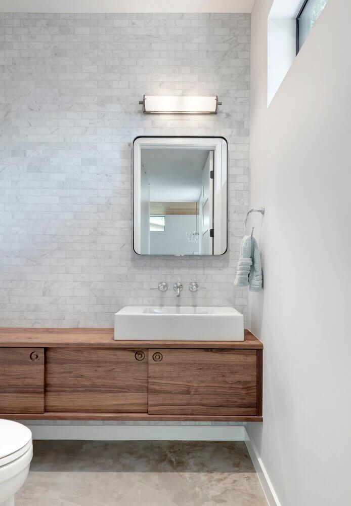 Phòng vệ sinh của nhà gỗ với phần tường được ốp gạch trang trí