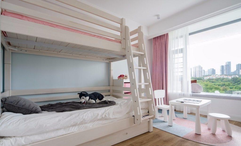 Giường tầng và bộ bàn ghế cho bé