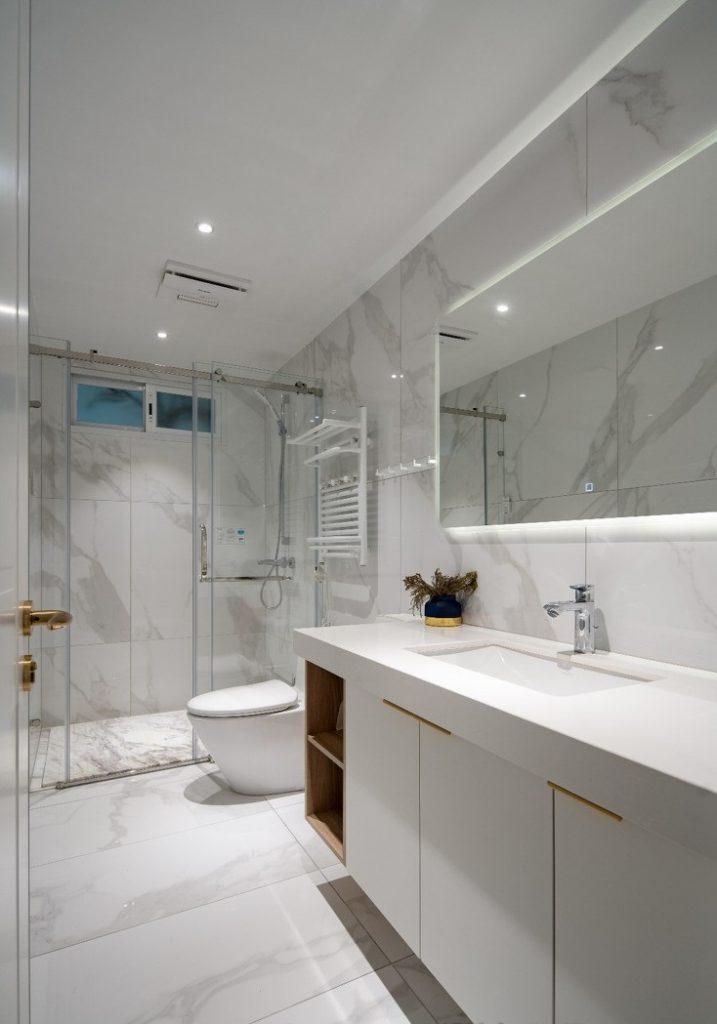 Nhà vệ sinh đẹp có vách kính và gương cảm ứng - thiết kế nội thất chung cư 100m2