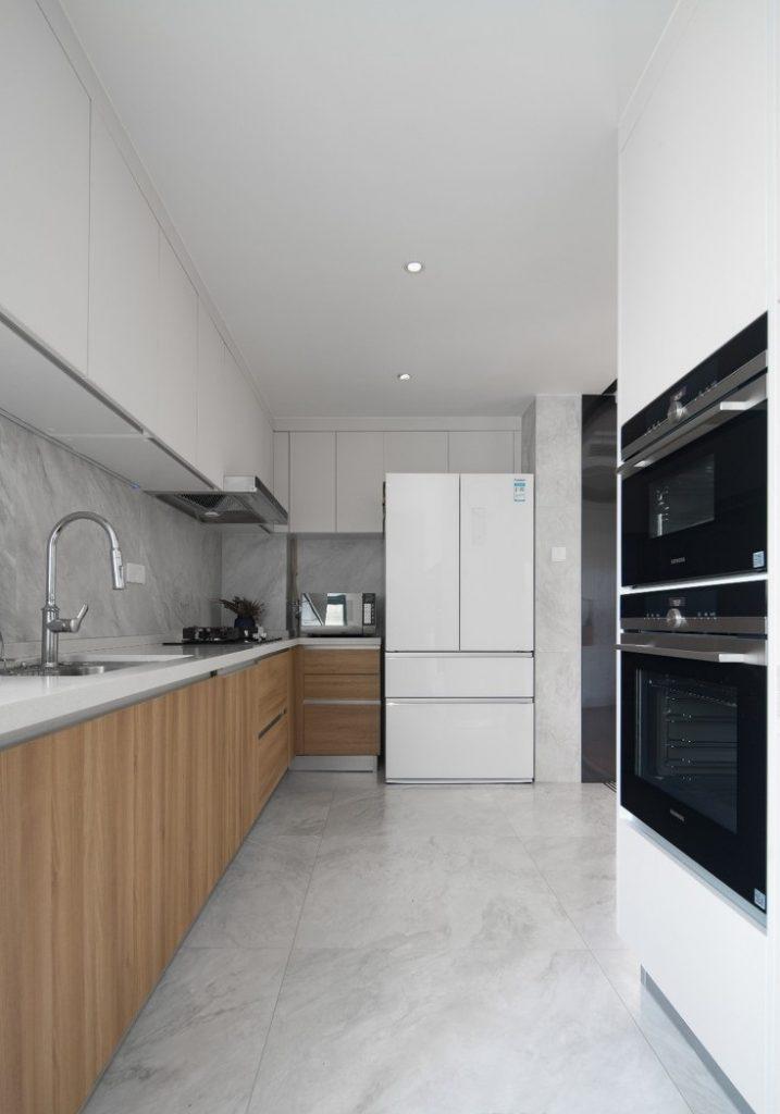 Nhà bếp đẹp có bố trí tủ gỗ và các thiết bị nấu nướng