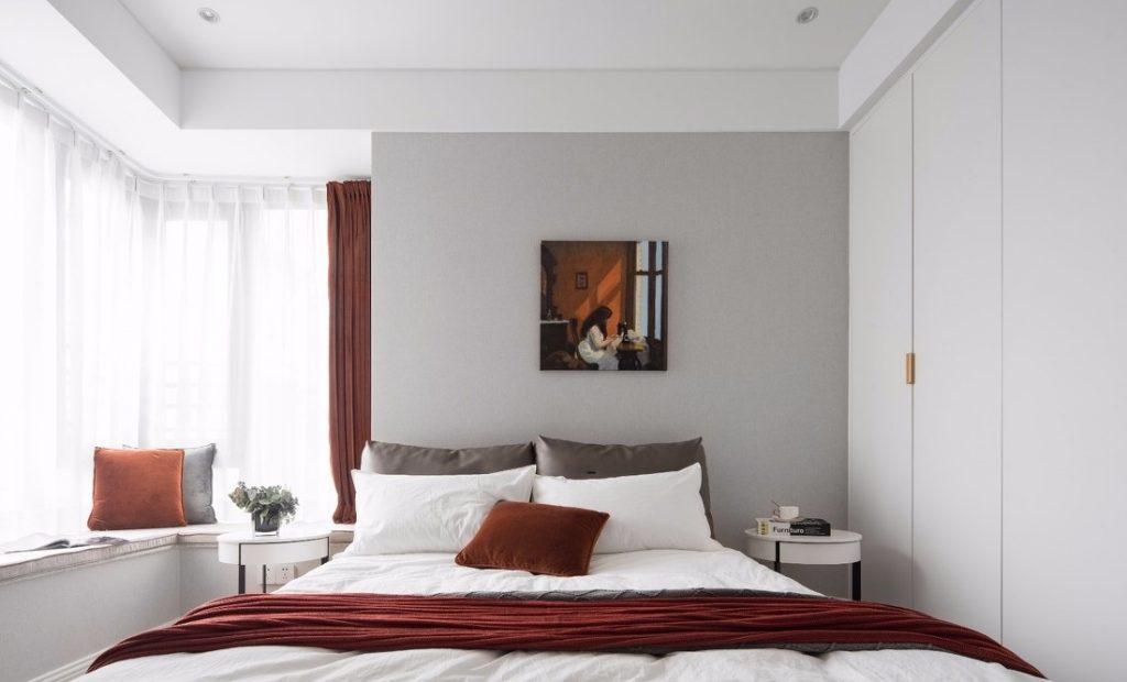 Giường lớn và tủ gỗ công nghiệp sơn màu trắng đẹp - thiết kế nội thất chung cư 100m2