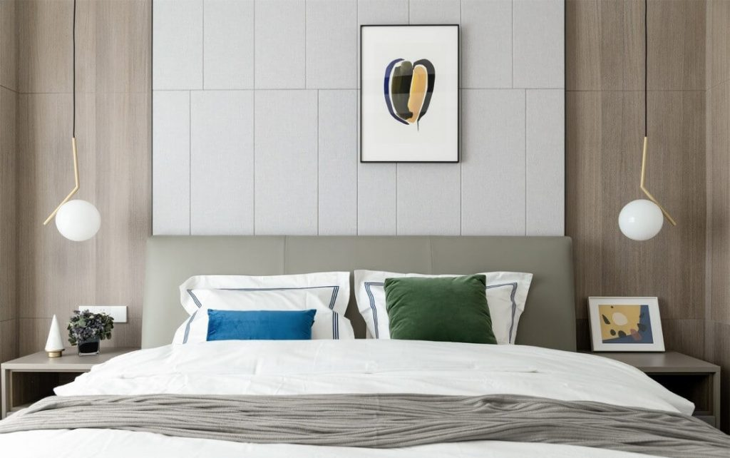 メインベッドルームは、両側に装飾ランプを配置して適切に設計されています