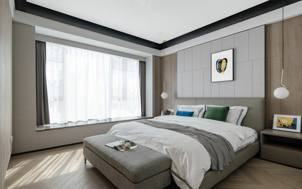 Grand lit double et ensemble de lit gris et blanc de la même couleur que le rideau de fenêtre