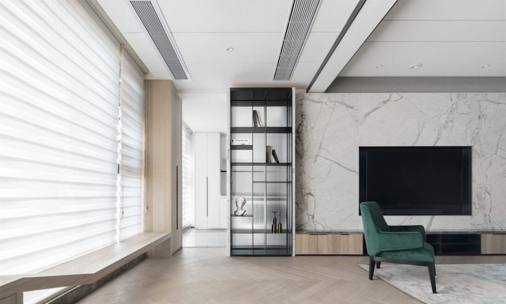 De grandes fenêtres, avec des bandes de chaises en bois conçues et parlaient avec des armoires d'angle en bois créatives