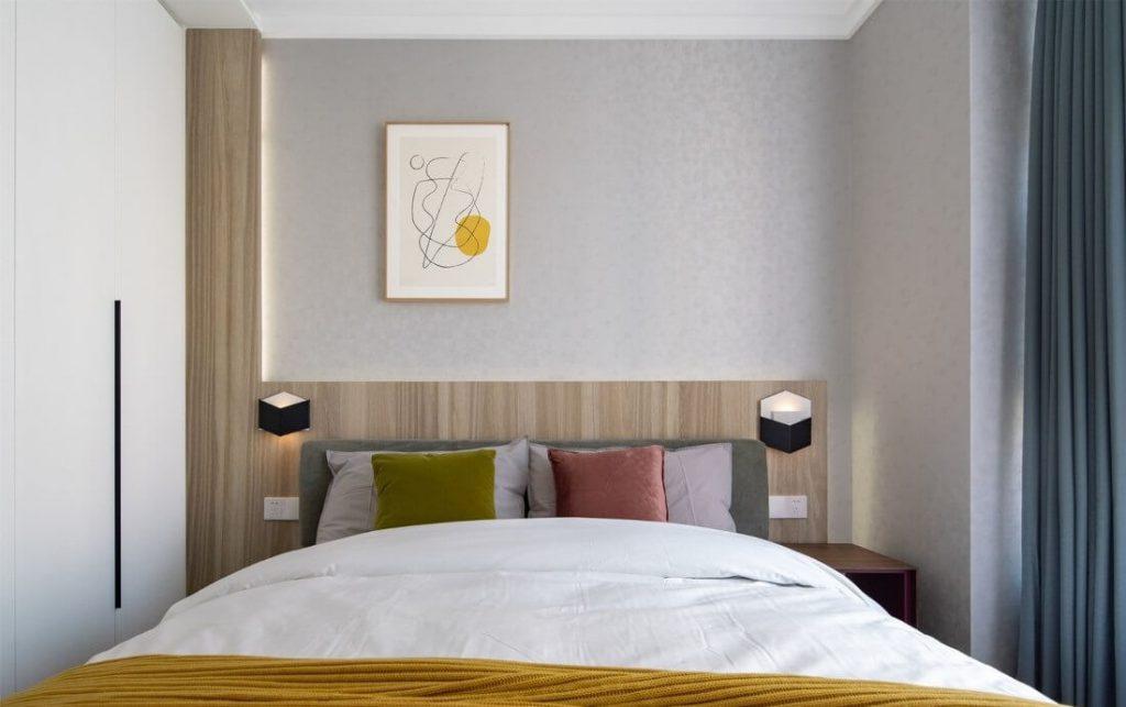 壁と埋め込まれたLEDストリップを備えた非対称壁のデザインは、柔らかなスペースを提供します
