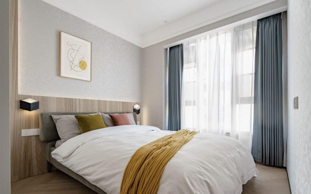 Chambre pour personnes âgées, avec de grands lits doubles et des draps blanc brillant