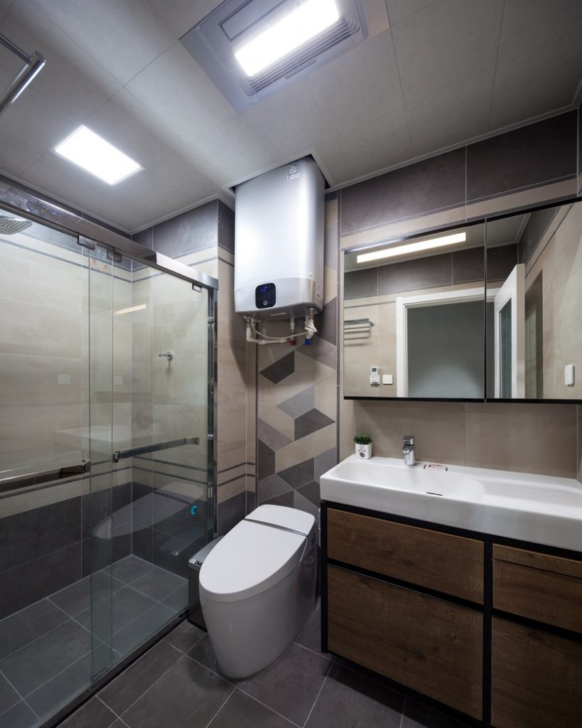 The common room is tiled with anti-slip tiles, mirror cabinets, glass shower walls, and modern sanitary equipment