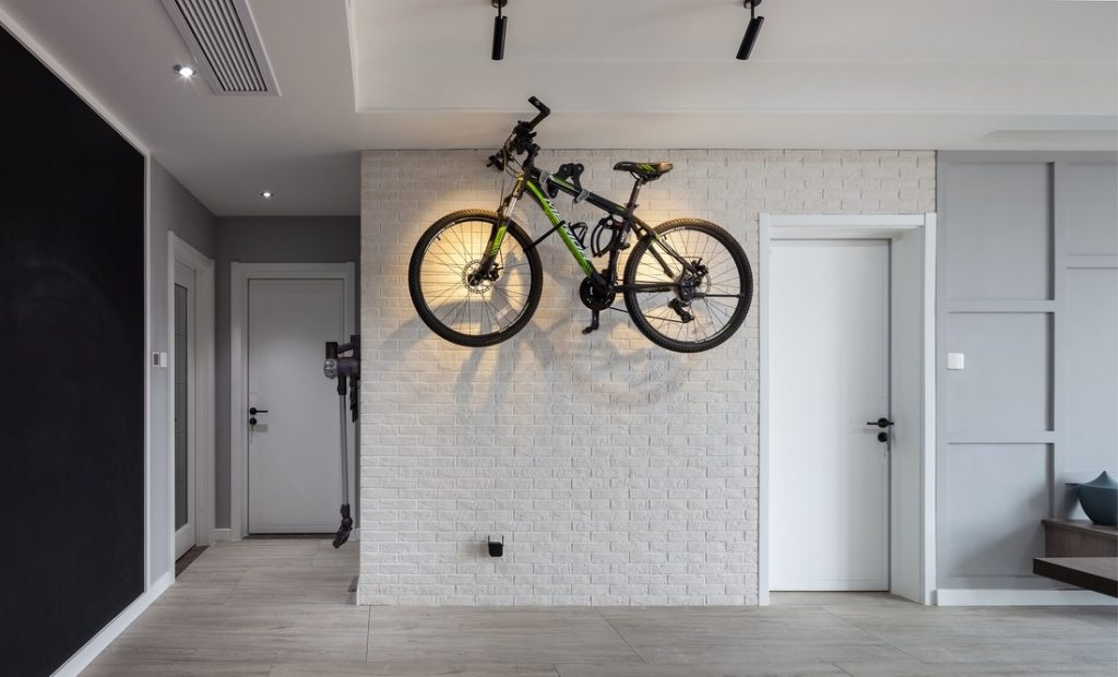 The apartment corridor on the wall is hung by a terrain bike, showing a strong personality