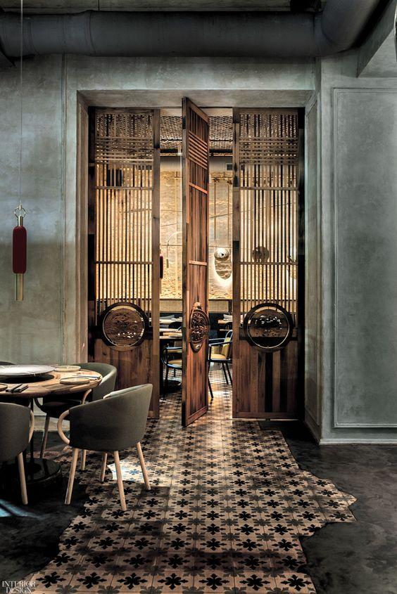 Деревянная дверь в стиле Индокитай