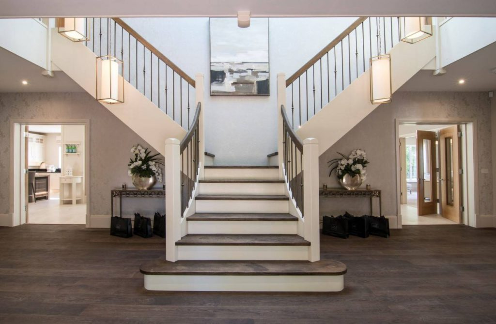 cầu thang đặt chính giữa nhà