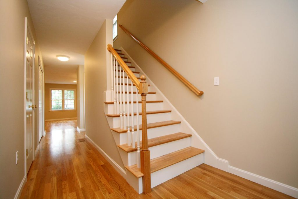 cầu thang đặt ở hành lang thông giữa các phòng