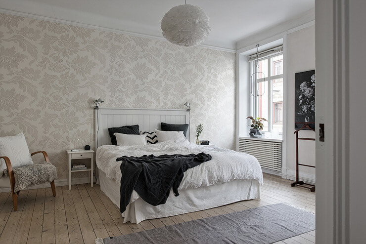 Phòng ngủ có giường lớn sử dụng ga đệm màu trắng