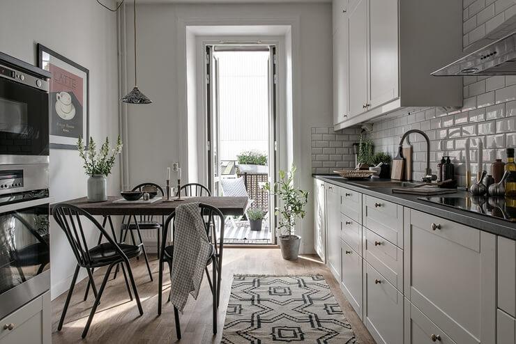 Không gian bếp với tông màu trắng chủ đạo