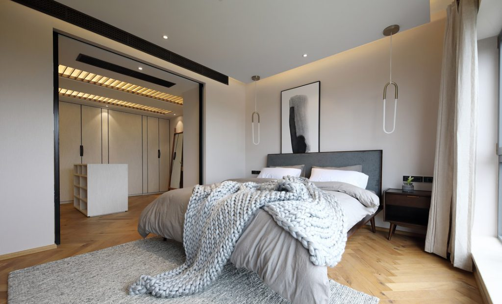 Phòng ngủ và phòng thay đồ liên thông không sử dụng cửa ngăn tạo sự thông thoáng.