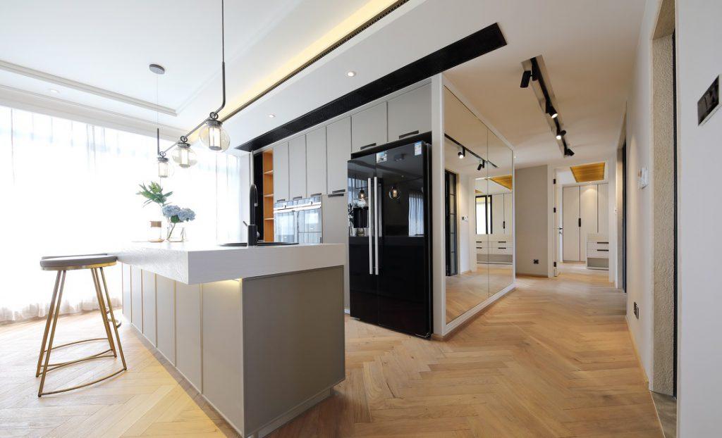 Quầy bar có đặt lò nướng, tủ lạnh thể tích lớn thiết kế âm tường