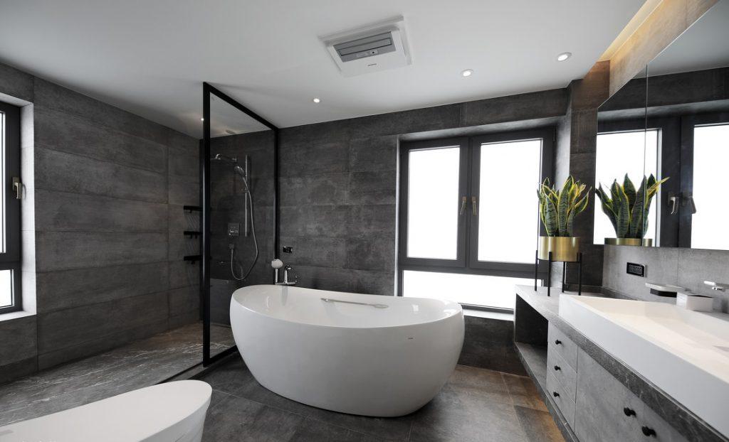 Phòng tắm có bồn tắm, vòi tắm sen đứng, gương. tủ để đồ rộng rãi.