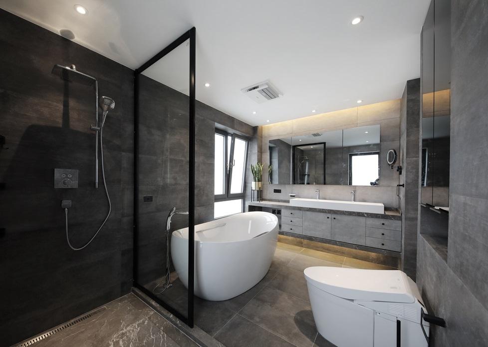 Phòng tắm trong phòng ngủ master, có đầy đủ thiết bị vệ sinh hiện đại