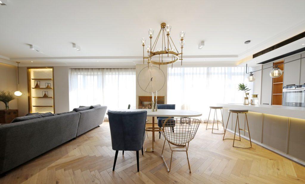Phòng ăn được thiết kế mở, gồm bộ bàn ăn nhỏ, quầy bar, có trang bị cửa sổ kính lớn đảm bảo ánh sáng cho căn hộ.