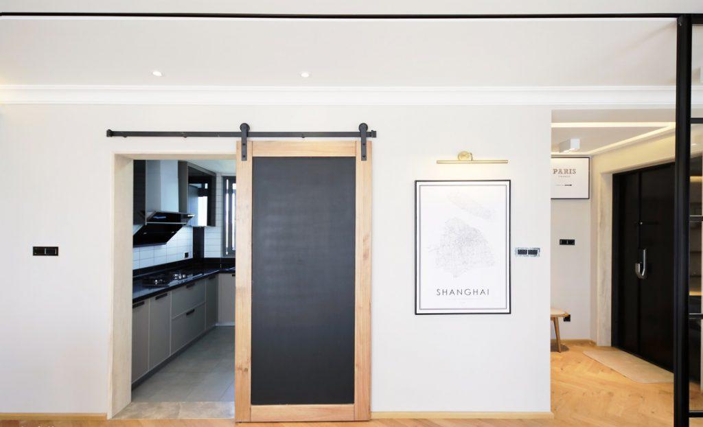 Phòng bếp riêng biệt có cửa ngăn cách không gian