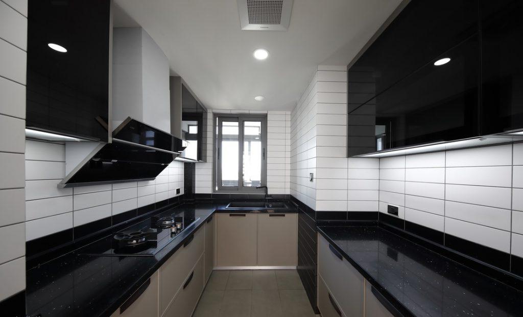 bếp đầy đủ thiết bị tiện nghi, mặt bếp được sử dụng gạch gương nhân tạo bằng đá đen, tường được ốp gạch men dễ lau chùi - nội thất bắc âu