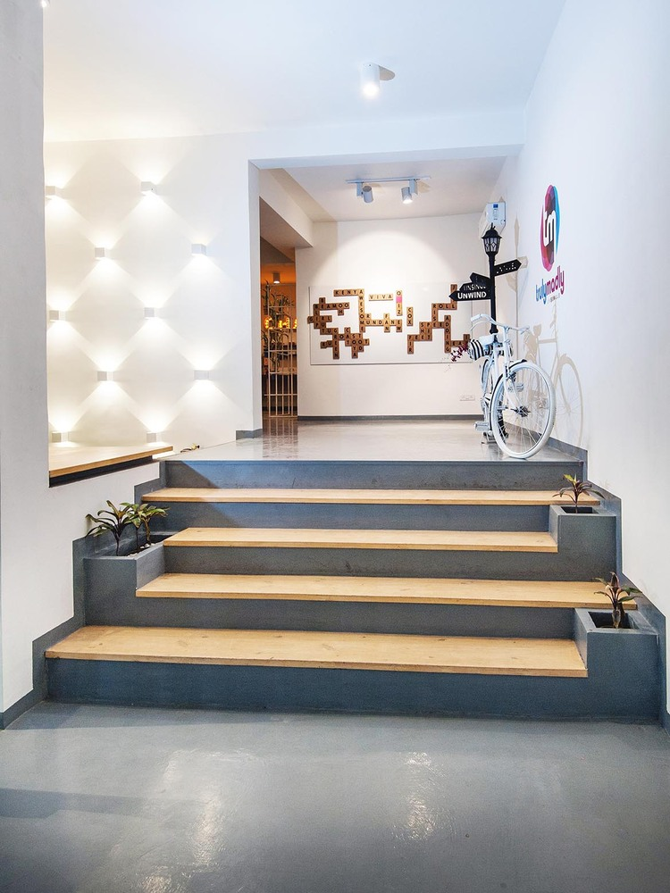 Hành lang vào văn phòng có đầy đủ ánh sáng và hệ thống chiếu sáng
