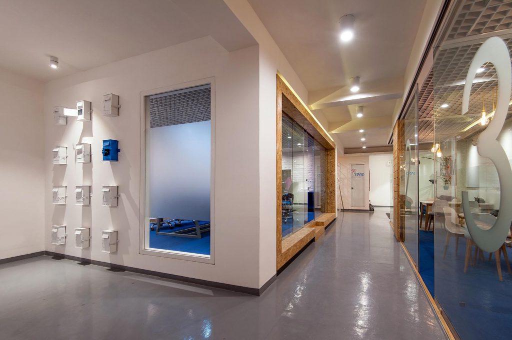 hành lang phòng họp và phòng tiếp khách riêng sử dụng vách ngăn kính và trần thạch cao đèn thiết kế âm trần