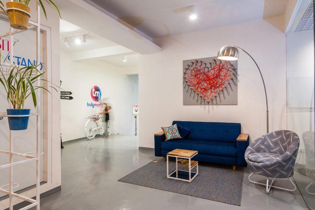 Phòng chờ có bộ bàn ghế sofa xanh đậm và ghế lười