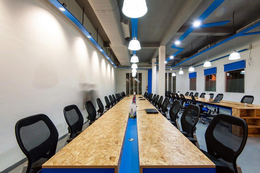 Khu vực làm việc của nhân viên với bộ bàn ghế văn phòng lớn cùng trần nhà thiết kế phong cách industrial
