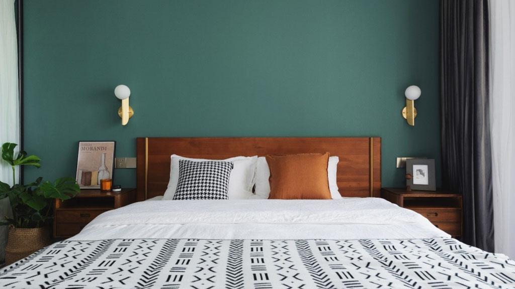 Das schöne Schlafzimmer hat auf beiden Seiten ein großes Holzbett mit Regalen, die mit Dekor und Lampen dekoriert sind