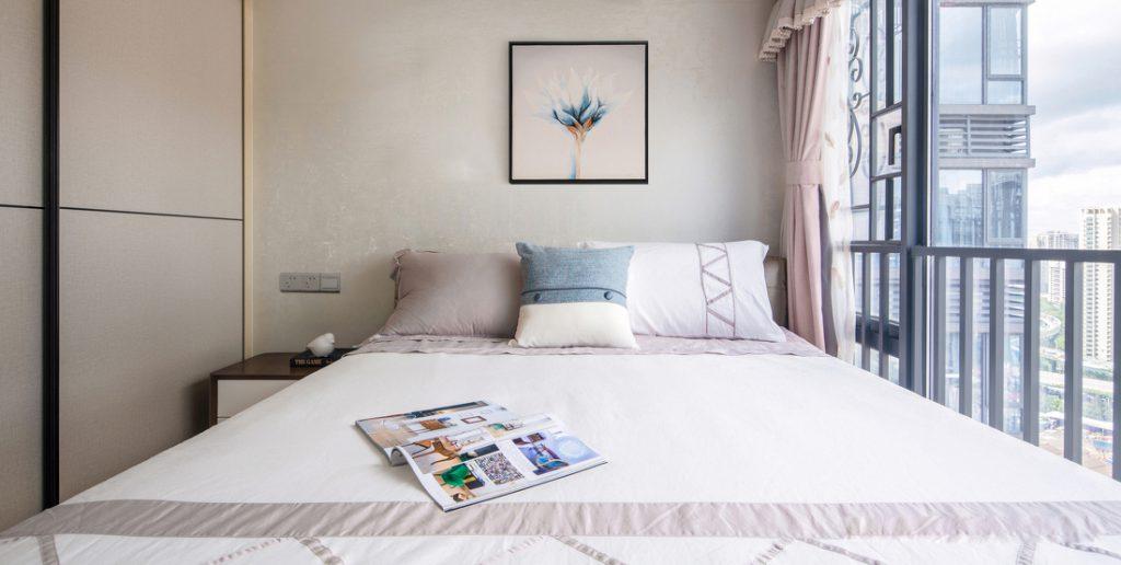 papier peint, armoire à portes coulissantes, grand lit